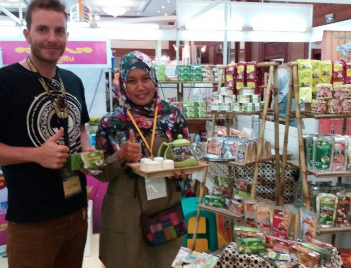 Visitor asing mengunjungi booth dan mencicipi produk Dewi Tea & Herbs di pameran Agrinex, Jakarta 31 Maret - 1,2 April 2017